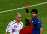 Красная карточка - справедливое и смелое решение Элисондо (с сайта www. sport.gazeta.ru)