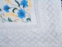 Оренбургская пуховая шаль с вышитыми васильками